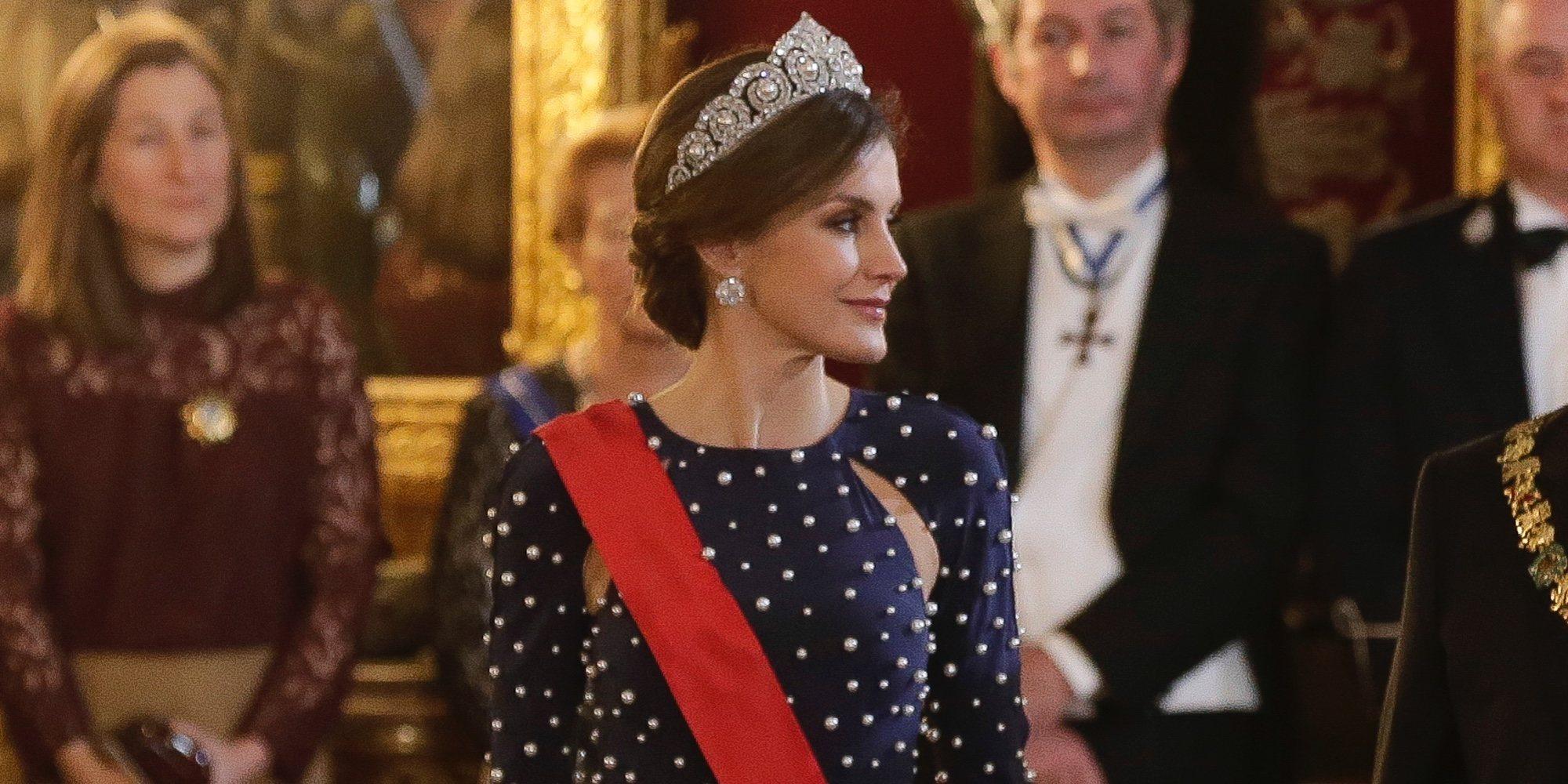 La Reina Letizia resplandece en la cena de gala al presidente de Portugal con la tiara Cartier y un vestidazo de Ana Locking