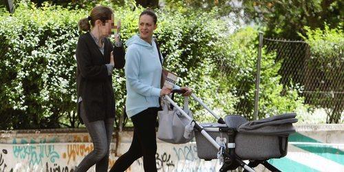 El paseo primaveral de Eva González con su hijo Cayetano Rivera por Madrid