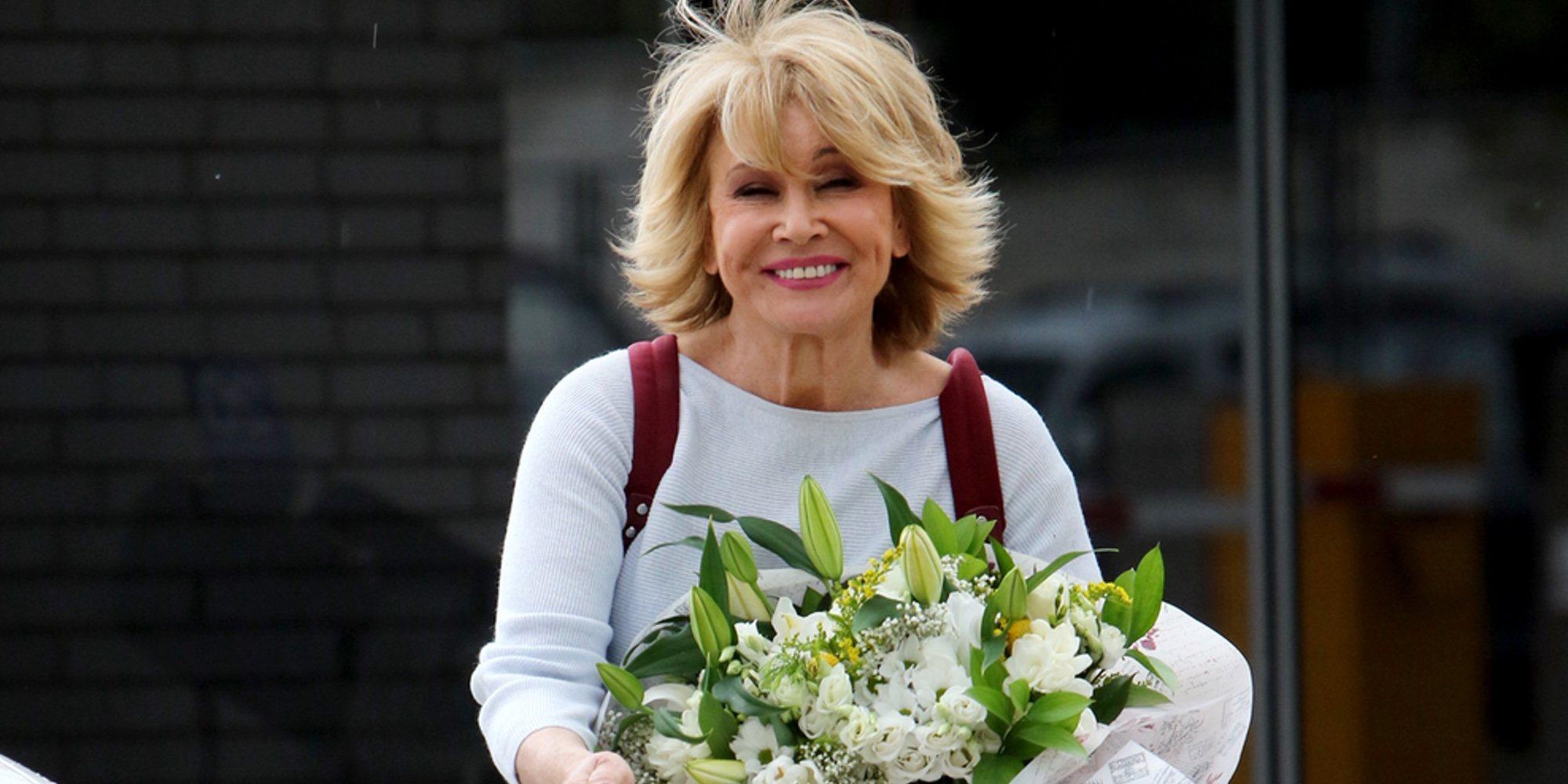 Mila Ximénez recibe un ramo de flores en 'Sálvame' para celebrar su 66 cumpleaños