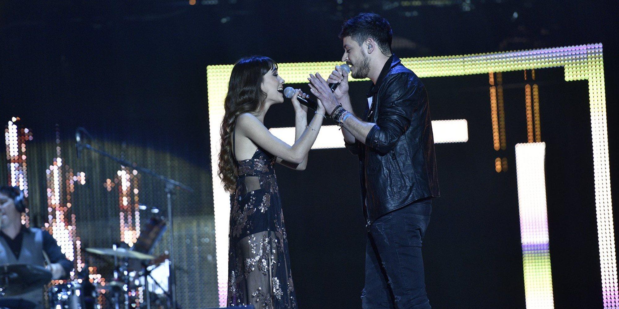 El polémico beso de Aitana y Cepeda en el concierto de 'OT' en A Coruña: ¿cariño o amor?