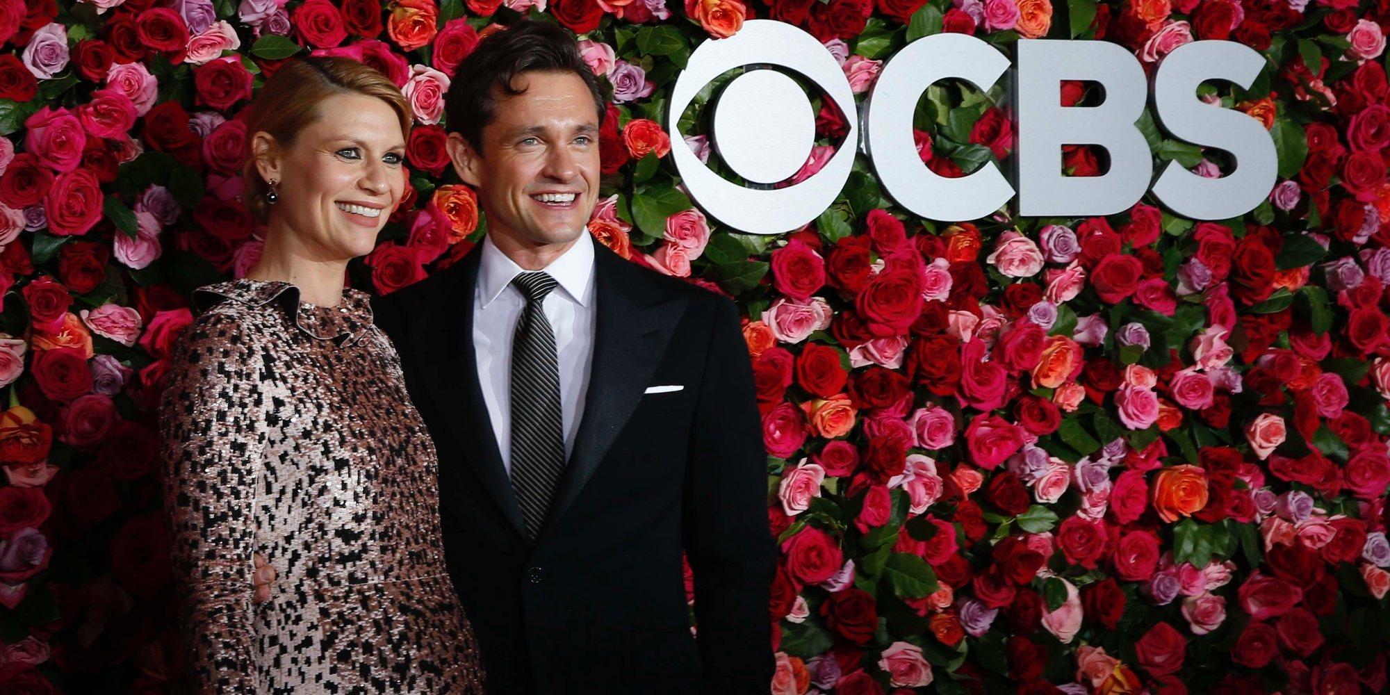 Claire Danes presume de embarazo en los Premios Tony junto a su marido Hugh Dancy