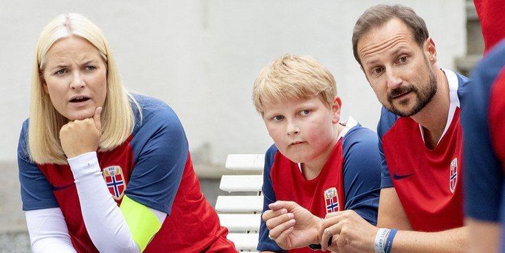 Haakon y Mette-Marit de Noruega se divierten durante su cita anual con el fútbol