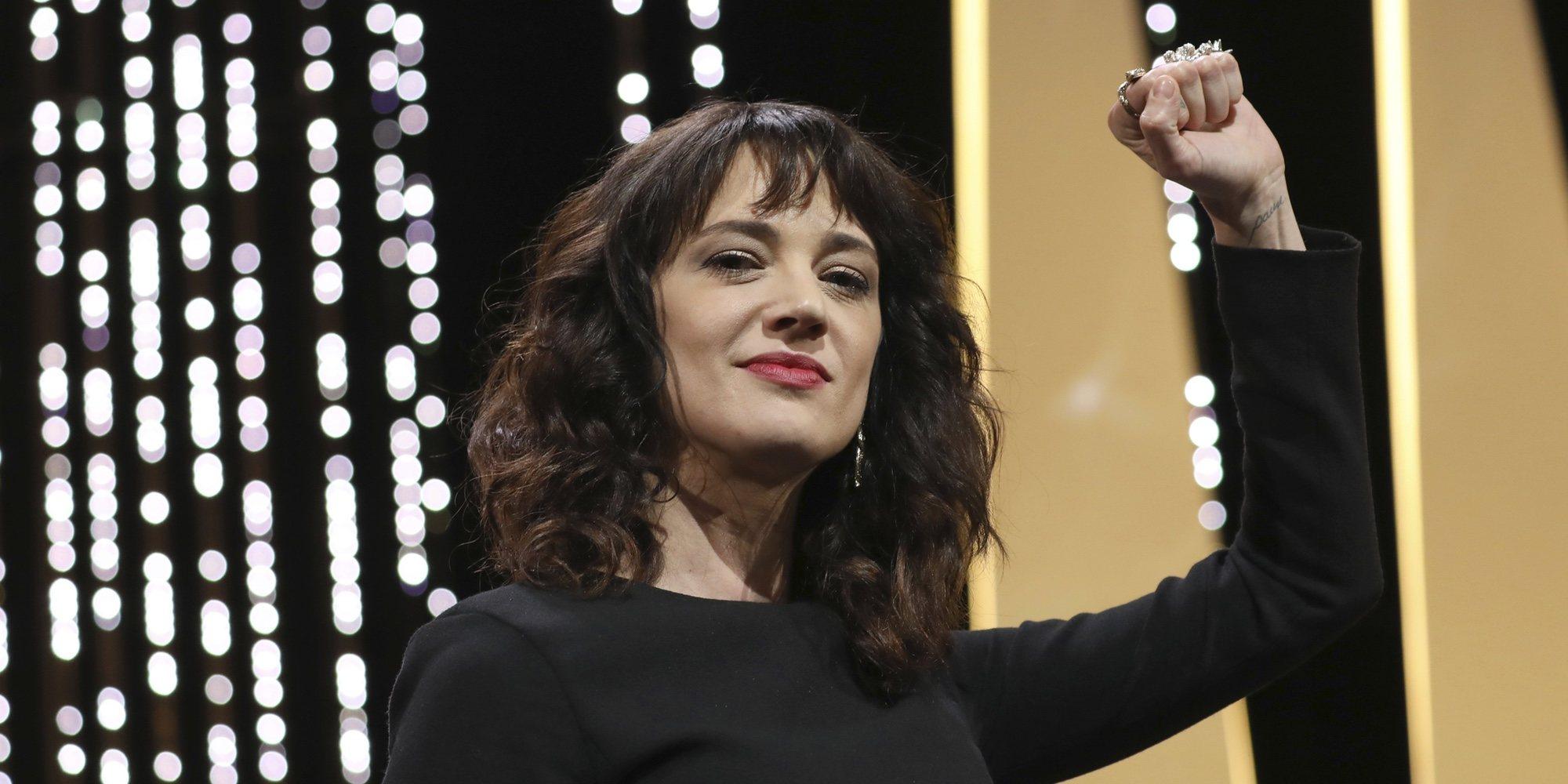 El esfuerzo de Asia Argento en su concierto en Francia tras la trágica muerte de su novio Anthony Bourdain