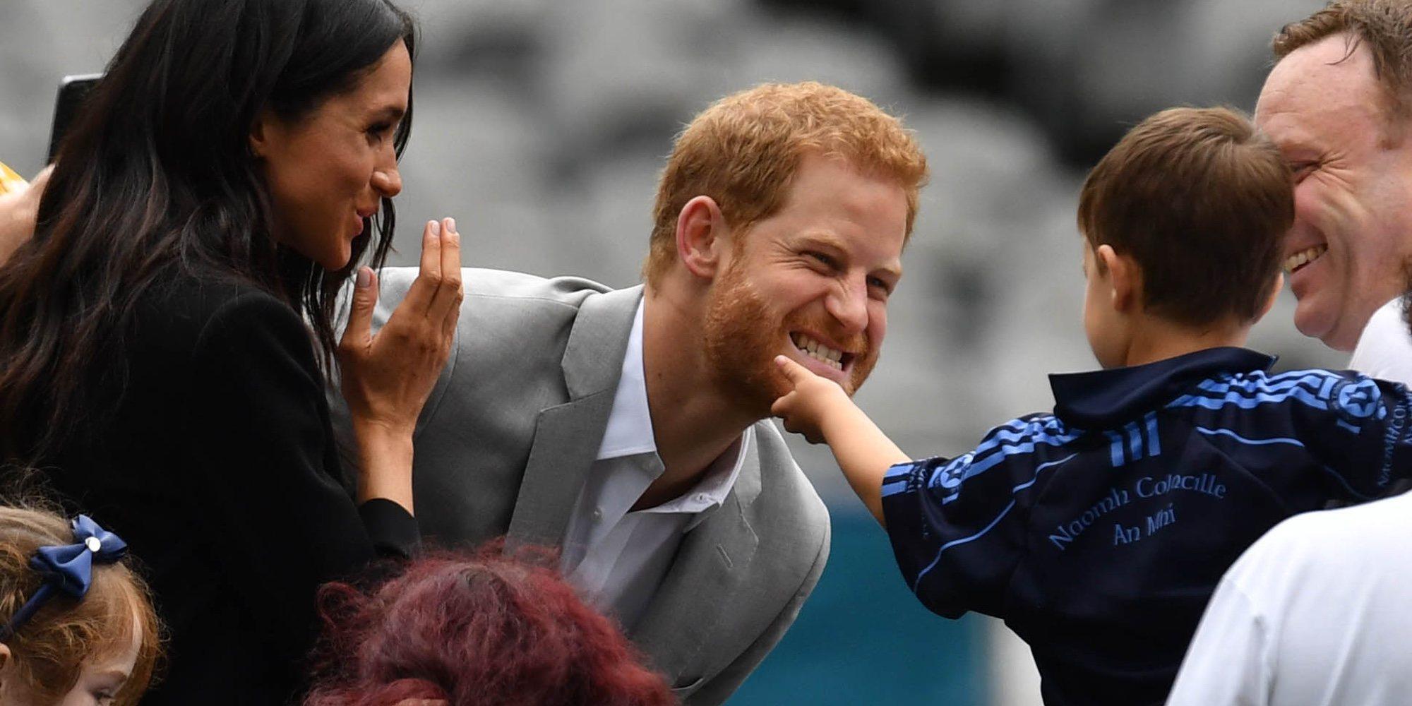 El Príncipe Harry saca su instinto paternal en presencia de Meghan Markle durante su viaje a Irlanda