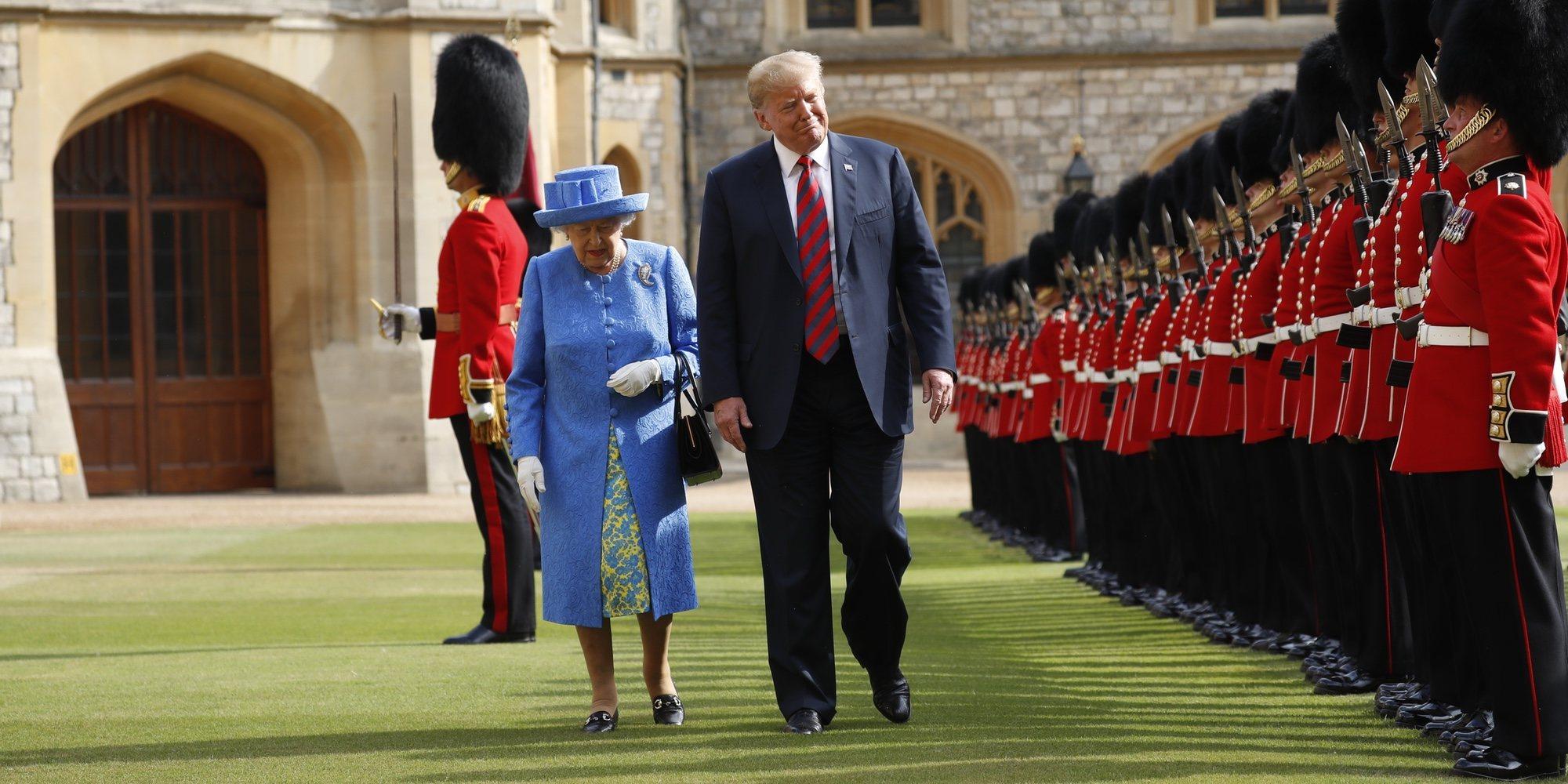 Donald Trump descoloca a la Reina Isabel saltándose el protocolo varias veces durante su encuentro
