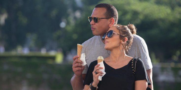 Jennifer Lopez presume de tipazo y familia para celebrar su 49 cumpleaños en Bahamas