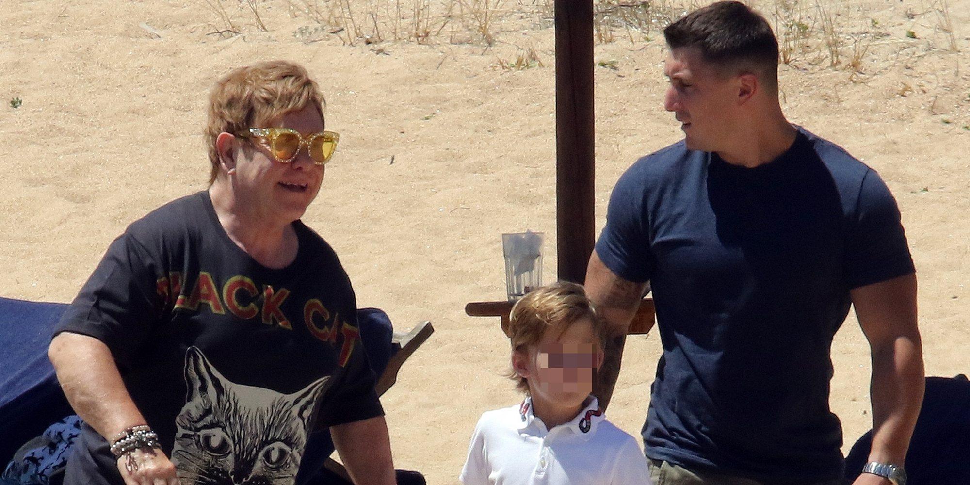 Elton John disfruta de unas vacaciones en el Mediterráneo junto a su marido y sus dos hijos