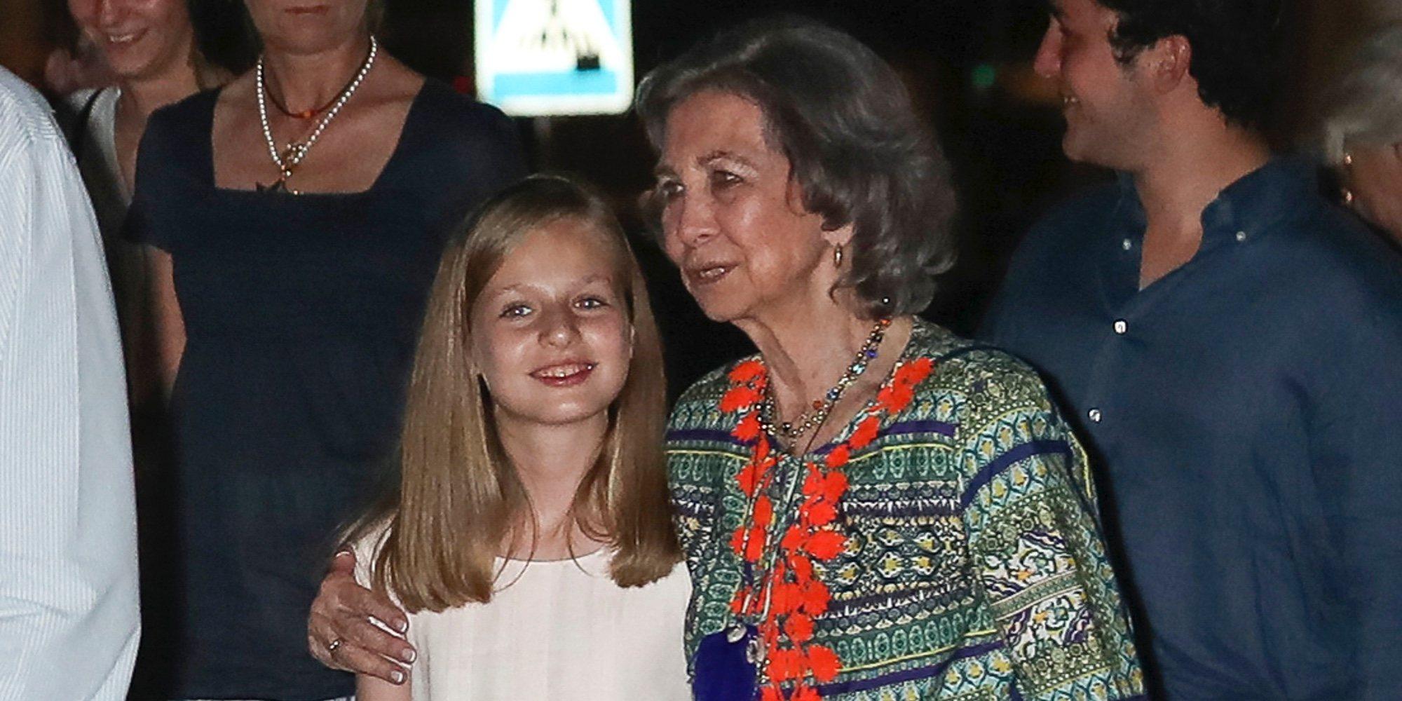 La Princesa Leonor por fin suelta la mano de la Reina Sofía