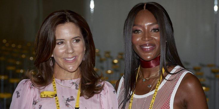 Mary de Dinamarca deslumbra junto a Naomi Campbell en la Semana de la Moda de Copenhague