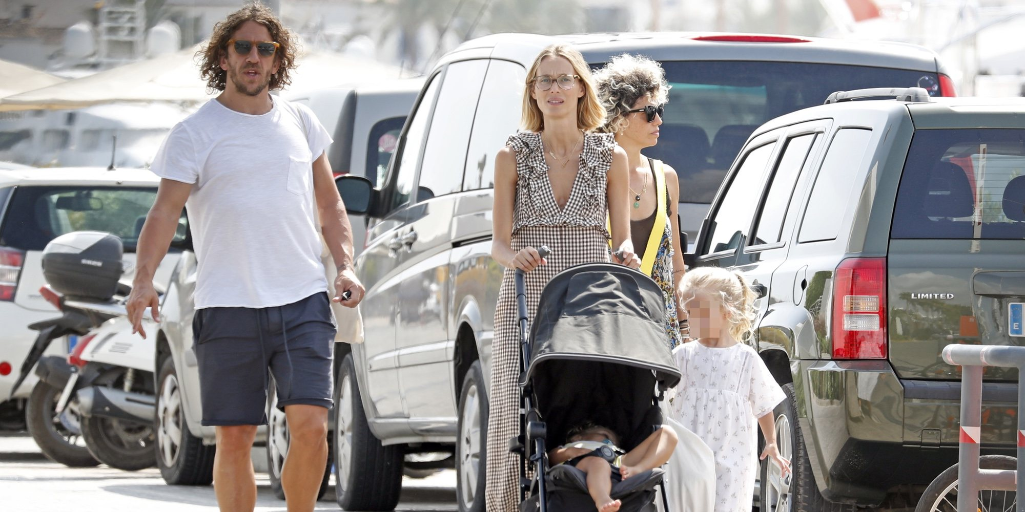 Carles Puyol y Vanessa Lorenzo, de vacaciones en familia por Ibiza