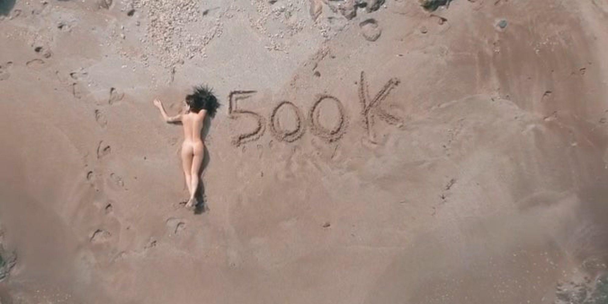 Lola Ortiz ('MyHyV') celebra su medio millón de seguidores con un sensual desnudo