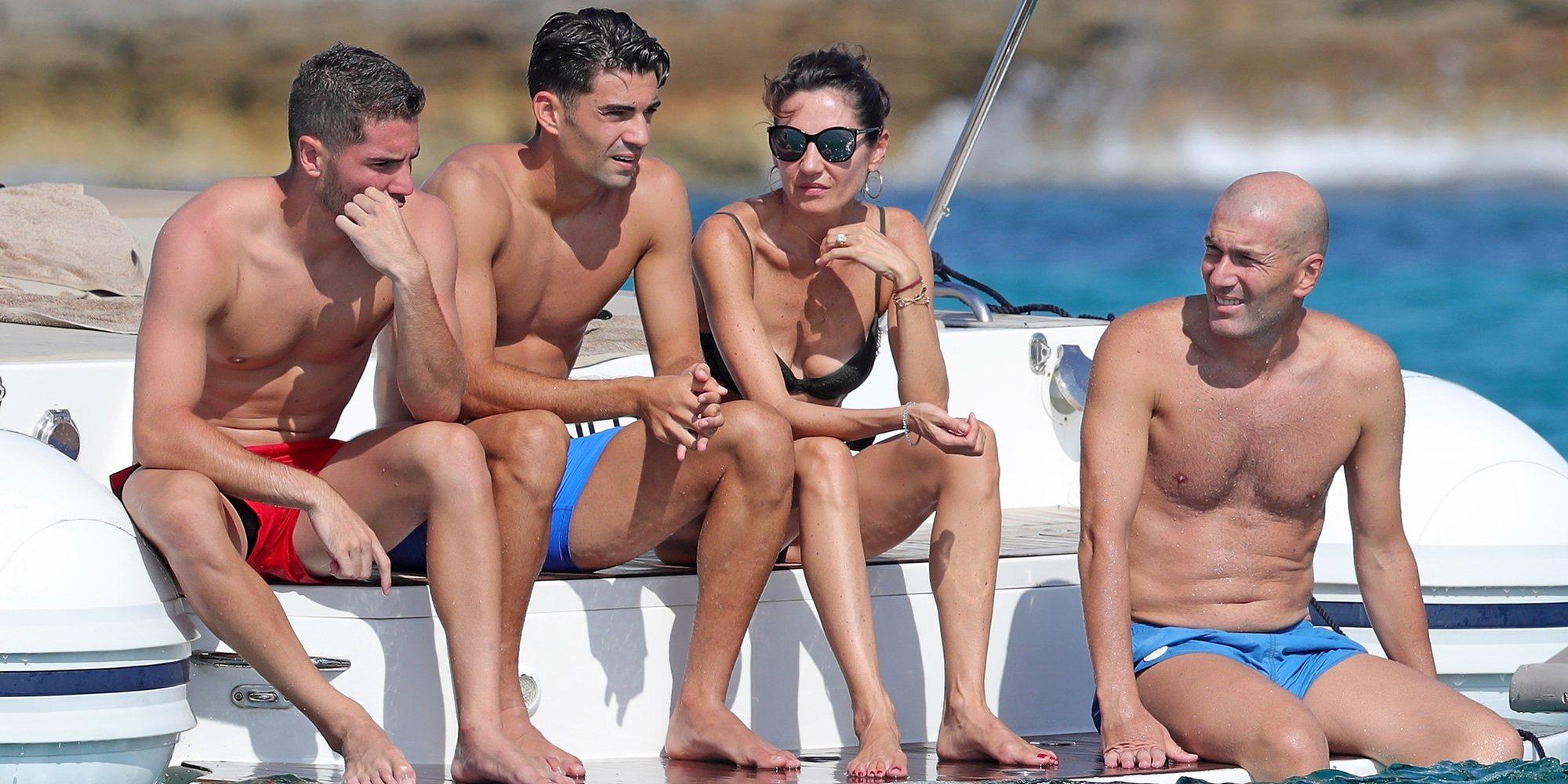Cuerpazos al sol: Zidane se relaja con su mujer y sus hijos en Ibiza para planear su futuro