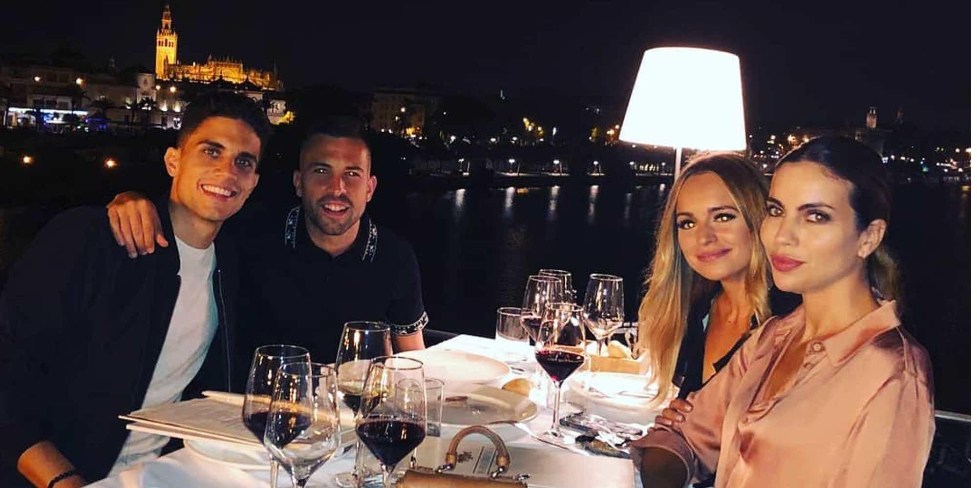 Marc Bartra y Melissa Jiménez reciben una visita muy especial en Sevilla