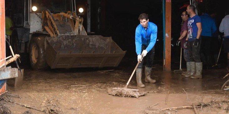Rafa Nadal ayuda a limpiar en Mallorca tras las fuertes inundaciones