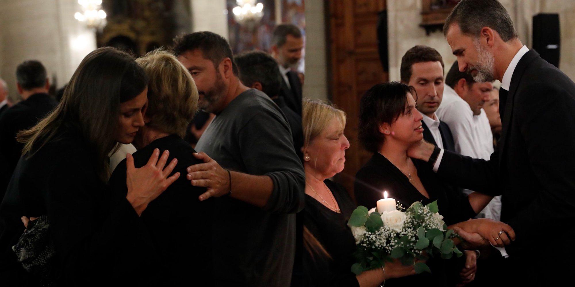 Los Reyes Felipe y Letizia ofrecen su apoyo y consuelo en el funeral por las víctimas de las riadas de Mallorca