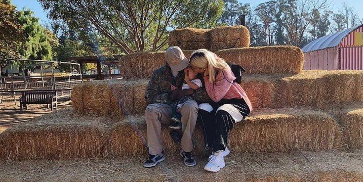 Kylie Jenner y Travis Scott llevan a Stormi al parque de calabazas para celebrar su primer Halloween