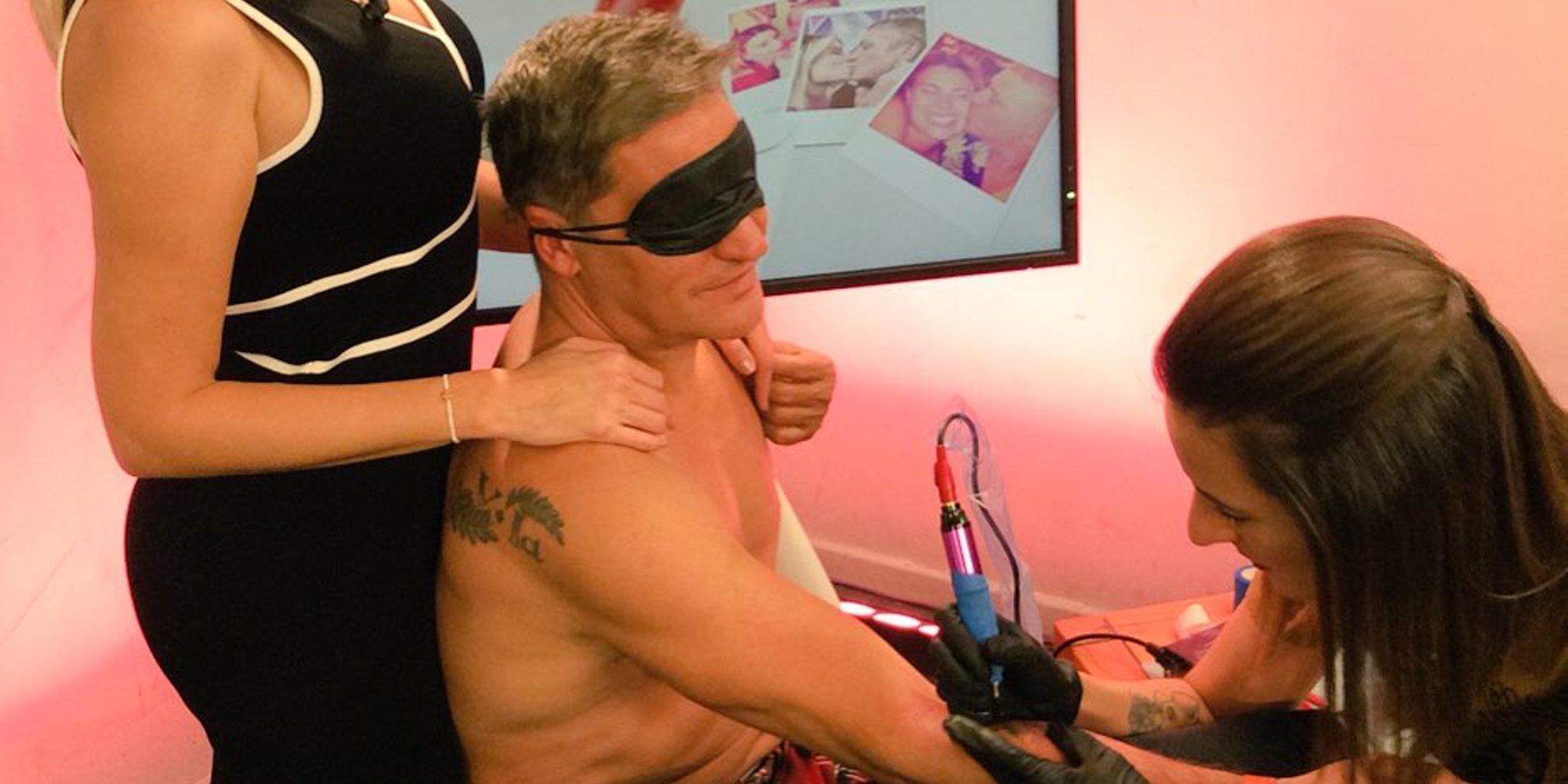 Gustavo González se tatúa a ciegas para celebrar su aniversario con María Lapiedra