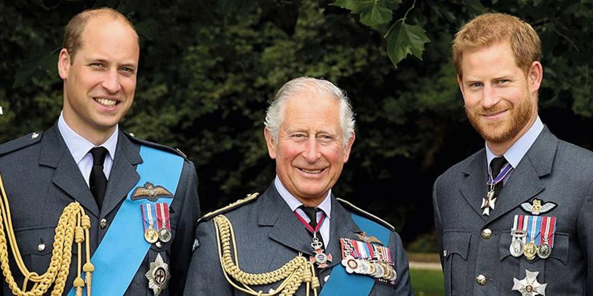 La foto inédita del Príncipe Carlos con sus hijos en los sellos conmemorativos de su 70 cumpleaños