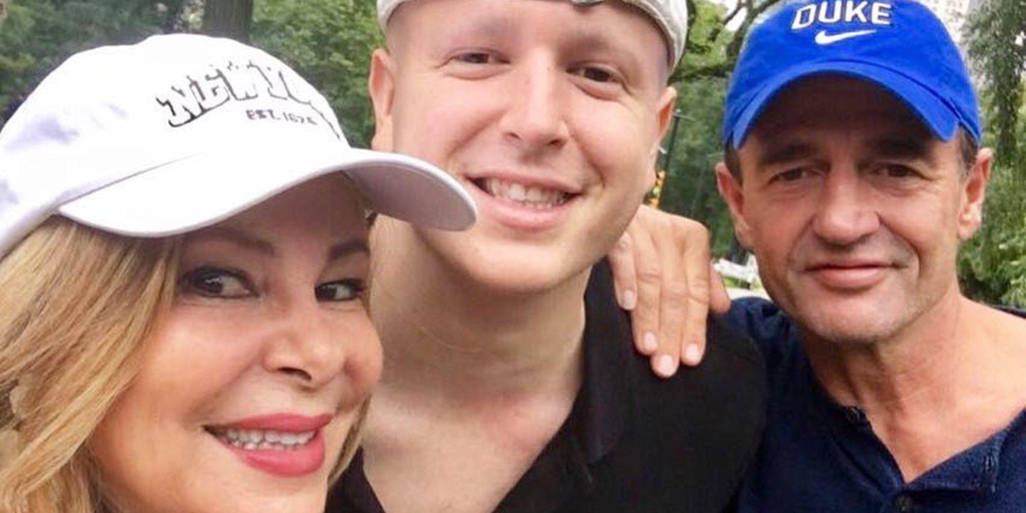 Álex Lequio posa con sus padres Ana Obregón y Alessandro Lequio contando su experiencia sobre el cáncer