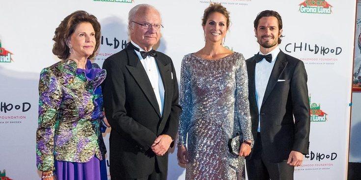 Carlos Gustavo y Carlos Felipe de Suecia arropan a la Reina Silvia y la Princesa Magdalena en su gran noche