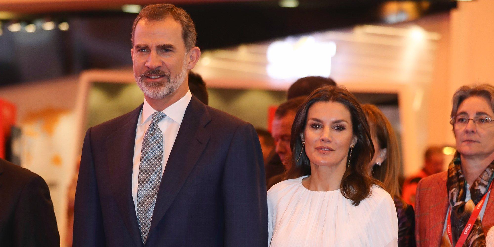 Los Reyes Felipe y Letizia inauguran una accidentada edición de FITUR tras tener que entrar por un lateral