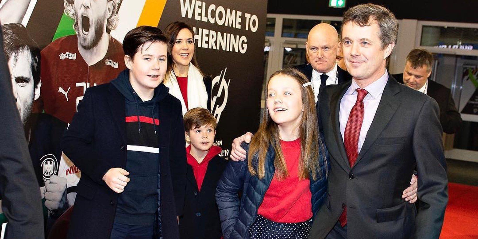 Federico y Mary de Dinamarca celebran la victoria del equipo de balonmano danés en el Mundial con tres de sus hijos