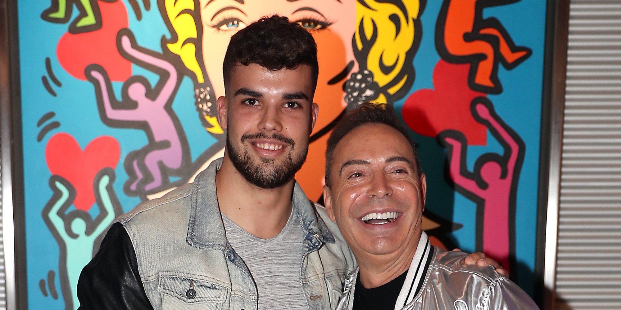 Pol Badía acompaña a Maestro Joao al plató de 'GH DÚO' y Miguel Frigenti los pilla besándose