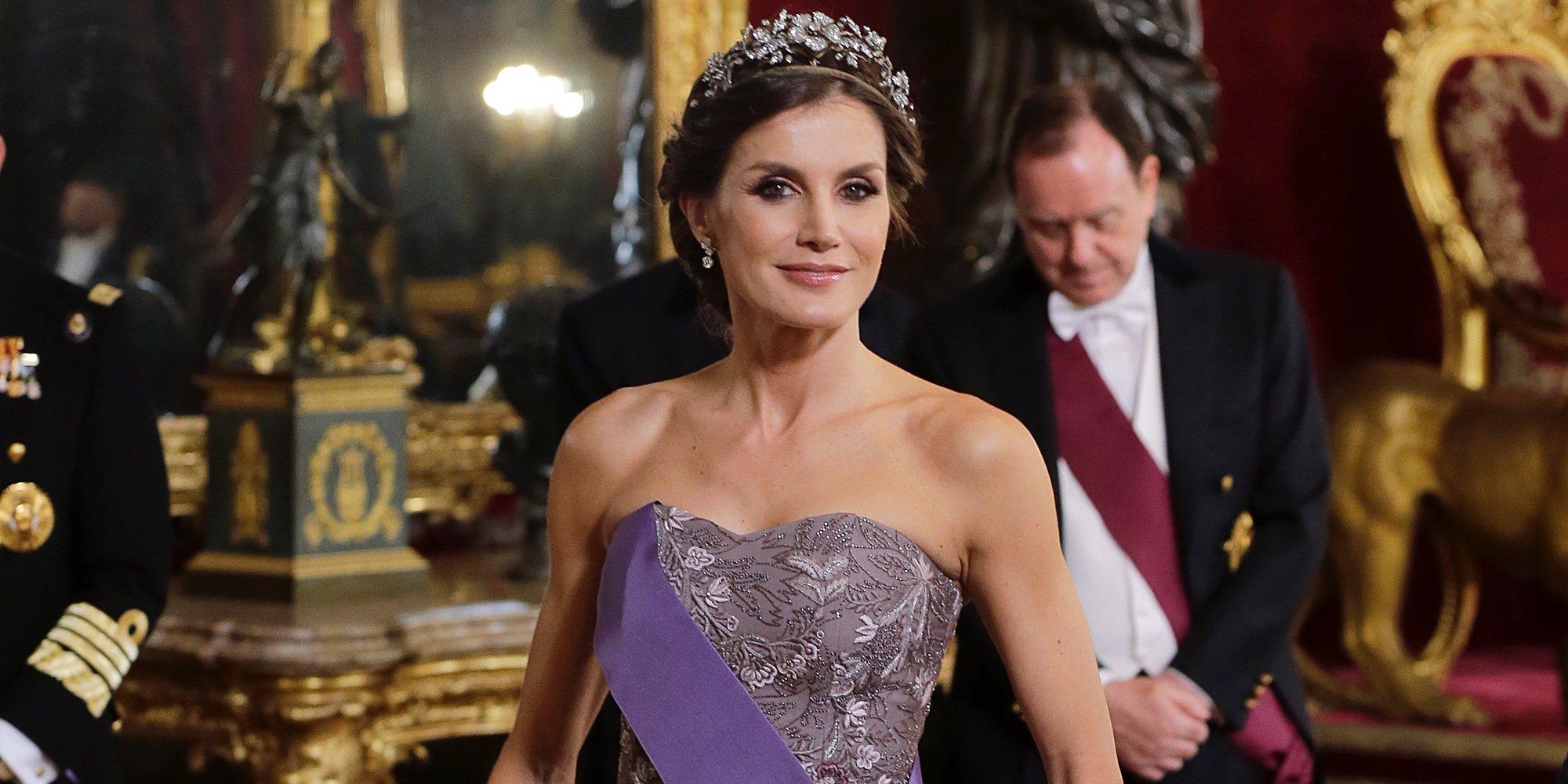 La Reina Letizia resplandece en el Palacio Real con la tiara floral y el vestido de la boda de los Duques de Cambridge