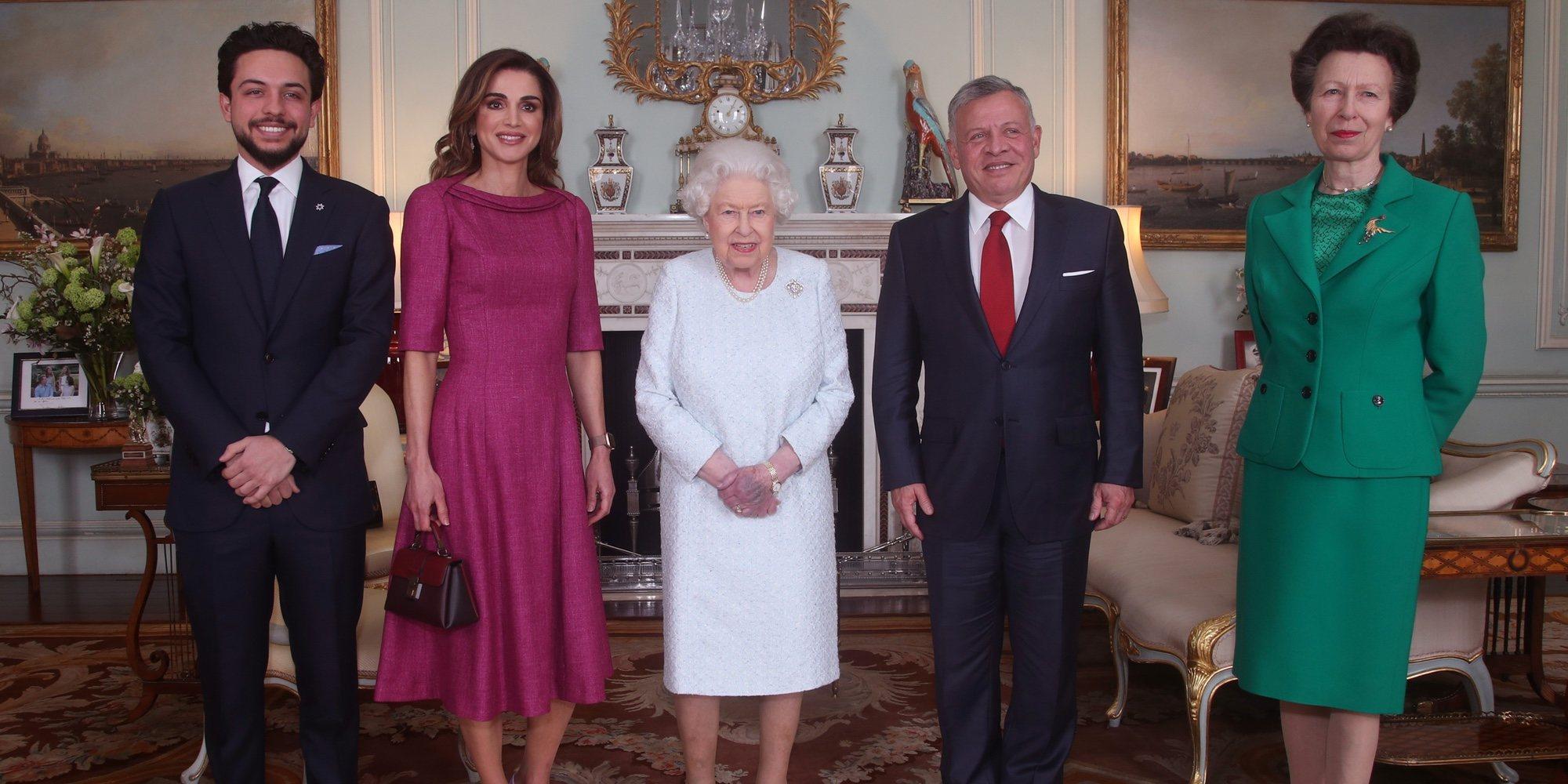 Los Reyes Felipe y Letizia y sus hijas se cuelan en la recepción de la Reina Isabel a Abdalá, Rania y Hussein de Jordania