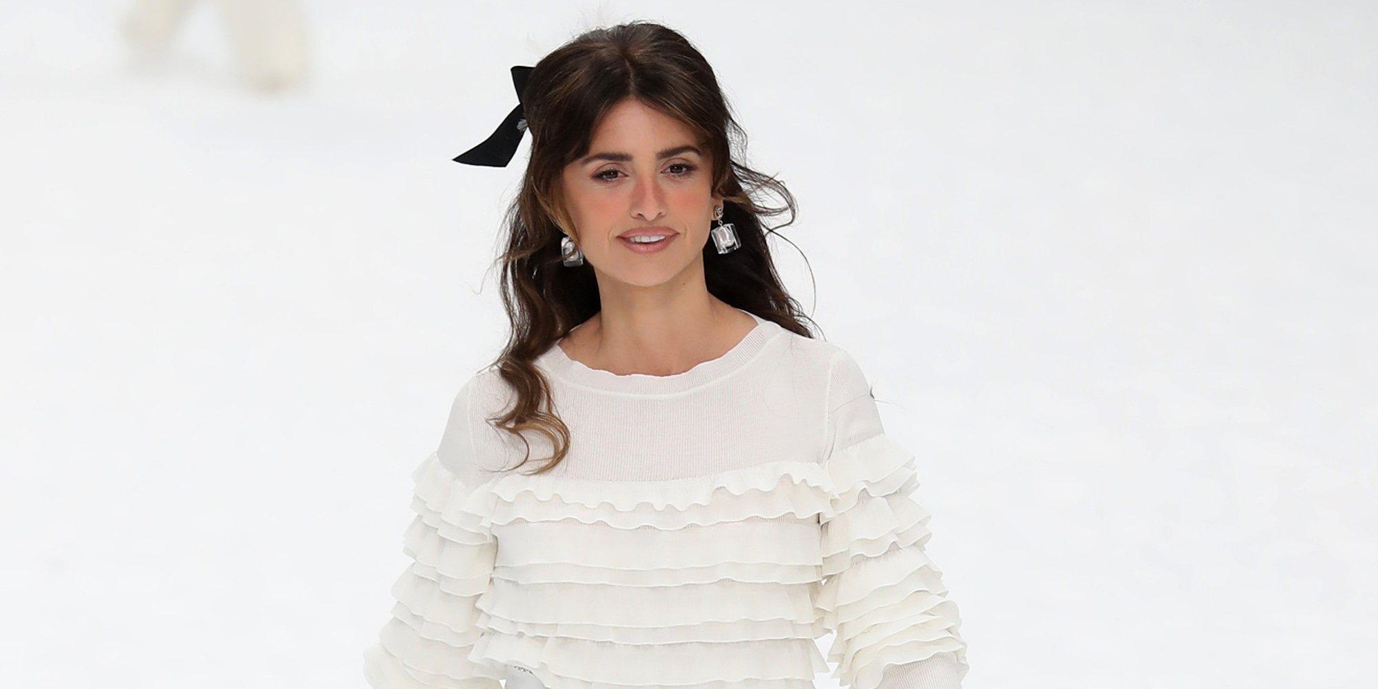 87db93c98 Penélope Cruz se sube a la pasarela de Chanel en París para hacer su  particular homenaje