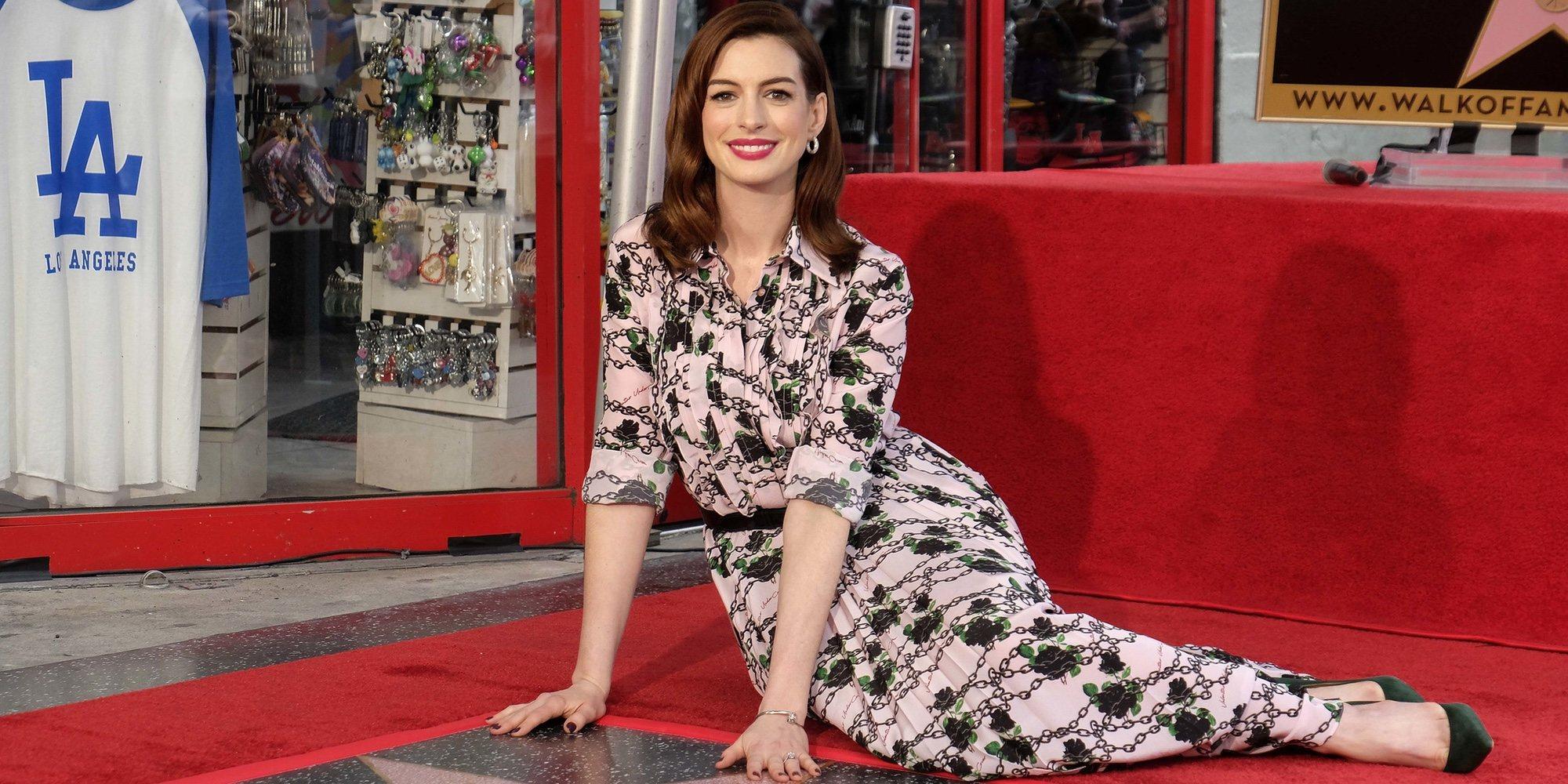 Anne Hathaway recibe una estrella en el Paseo de la Fama acompañada de Rebel Wilson