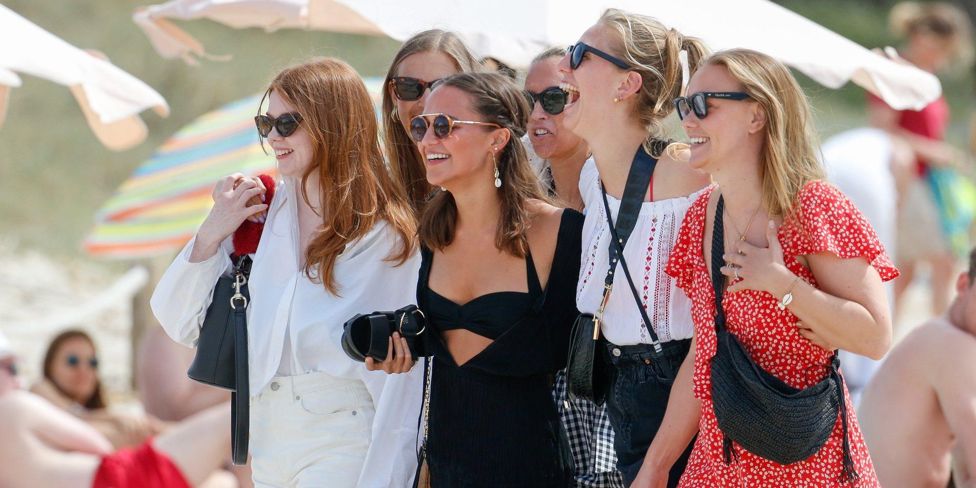 Alicia Vikander estrena el verano en las playas de Ibiza
