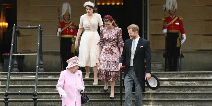 El buen rollo de la Reina Isabel, el Príncipe Harry y las Princesas Beatriz y Eugenia de York en una Garden Party