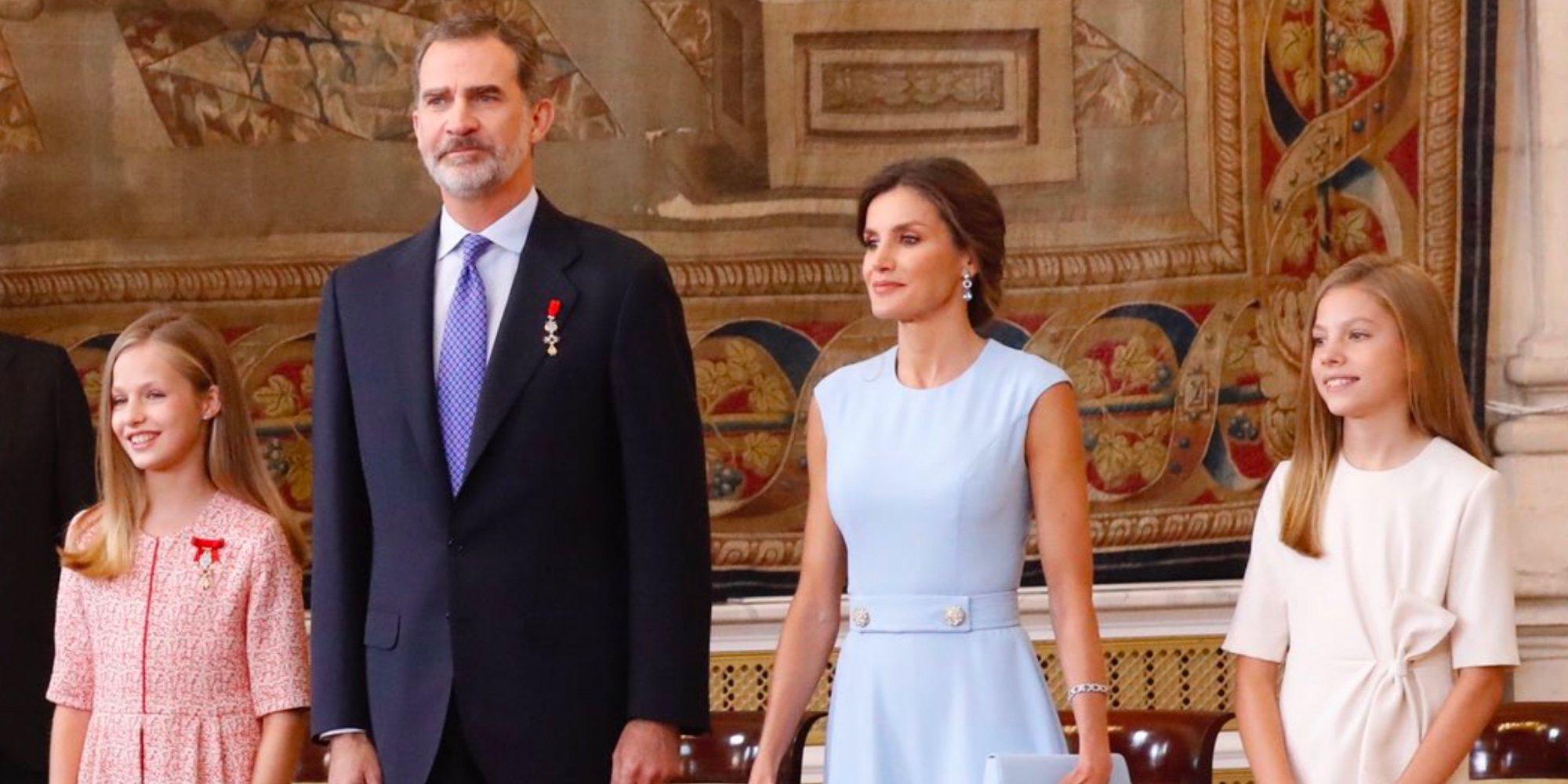 El bonito gesto de la Princesa Leonor y la Infanta Sofía con una anciana en el 5 aniversario del reinado de Felipe VI