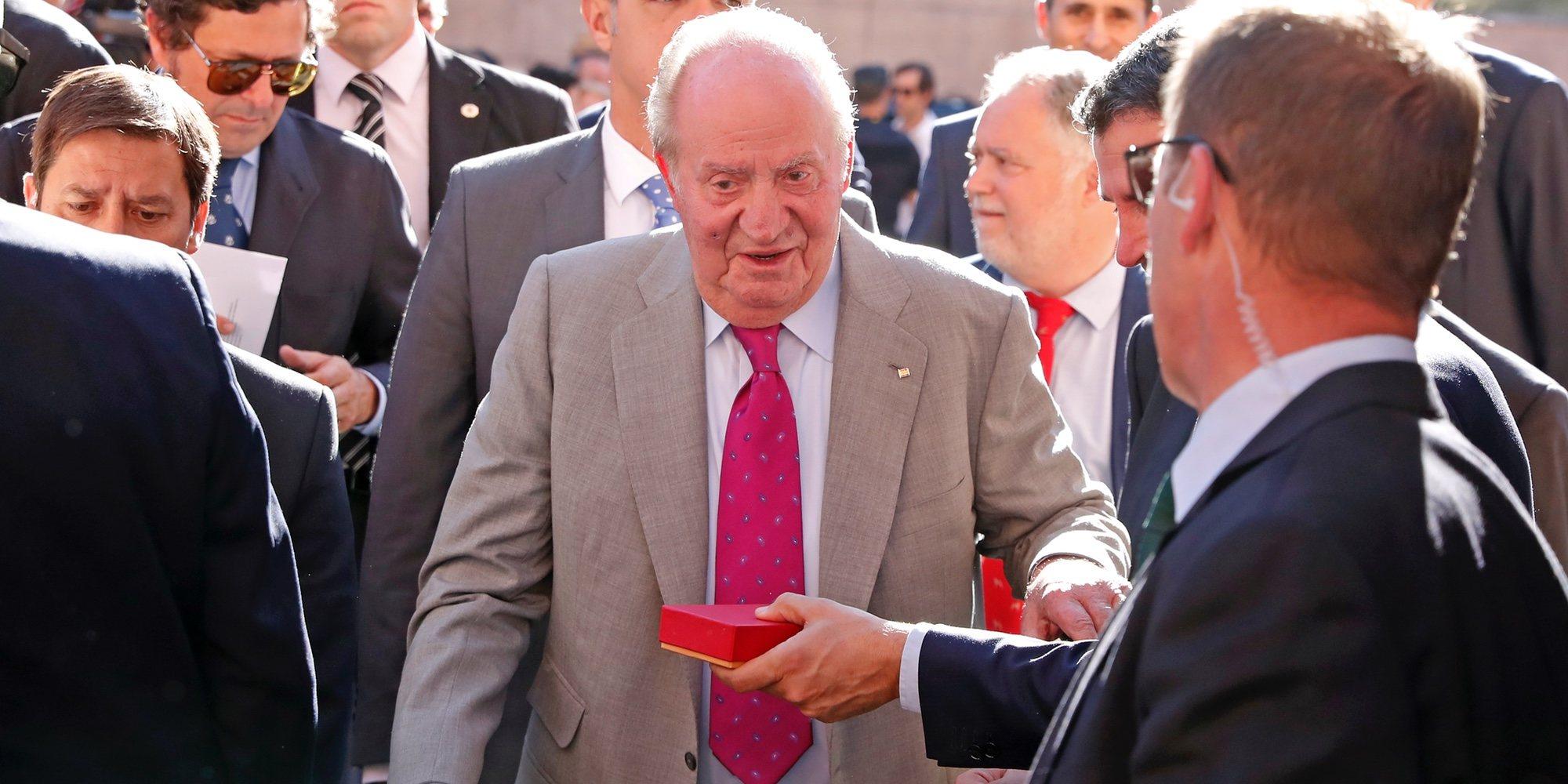 El Rey Juan Carlos, a los toros con la Infanta Elena mientras se prepara para su despedida oficiosa rodeado de Borbones