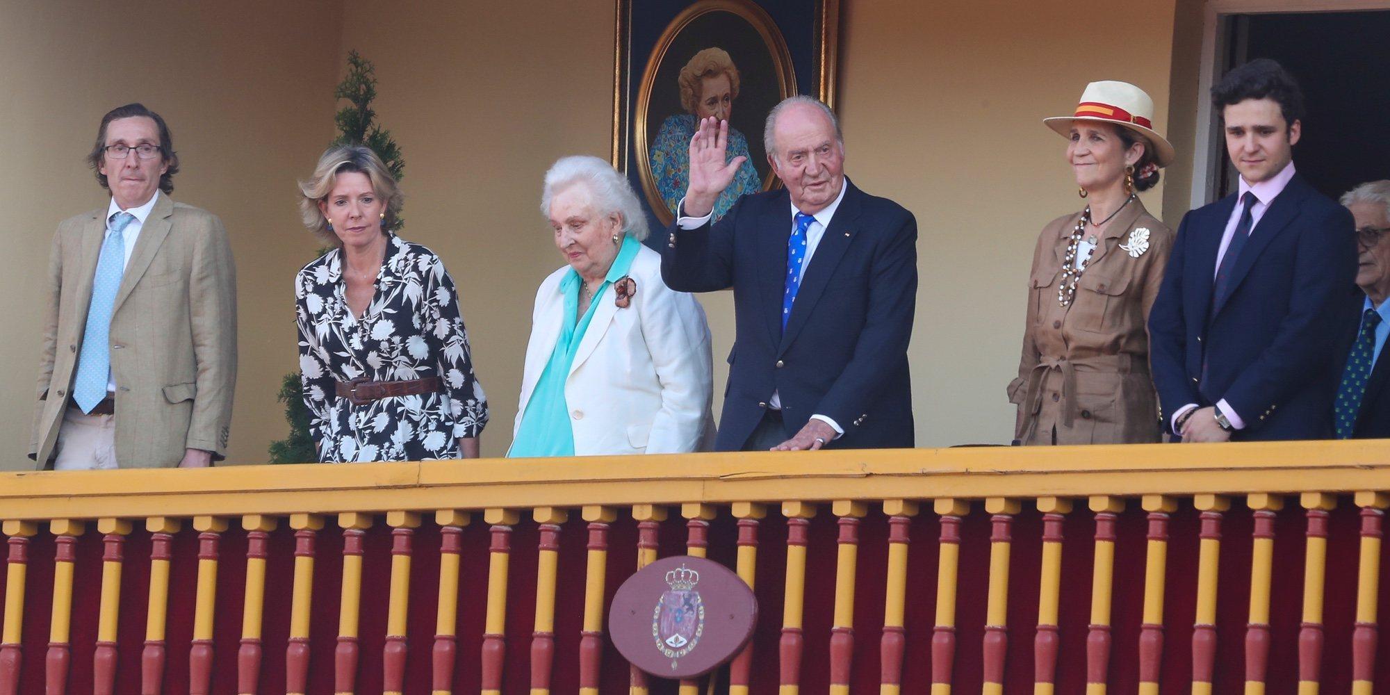 El Rey Juan Carlos, acompañado por la Infanta Elena, Froilán, la Infanta Pilar y dos de sus hijos en su despedida