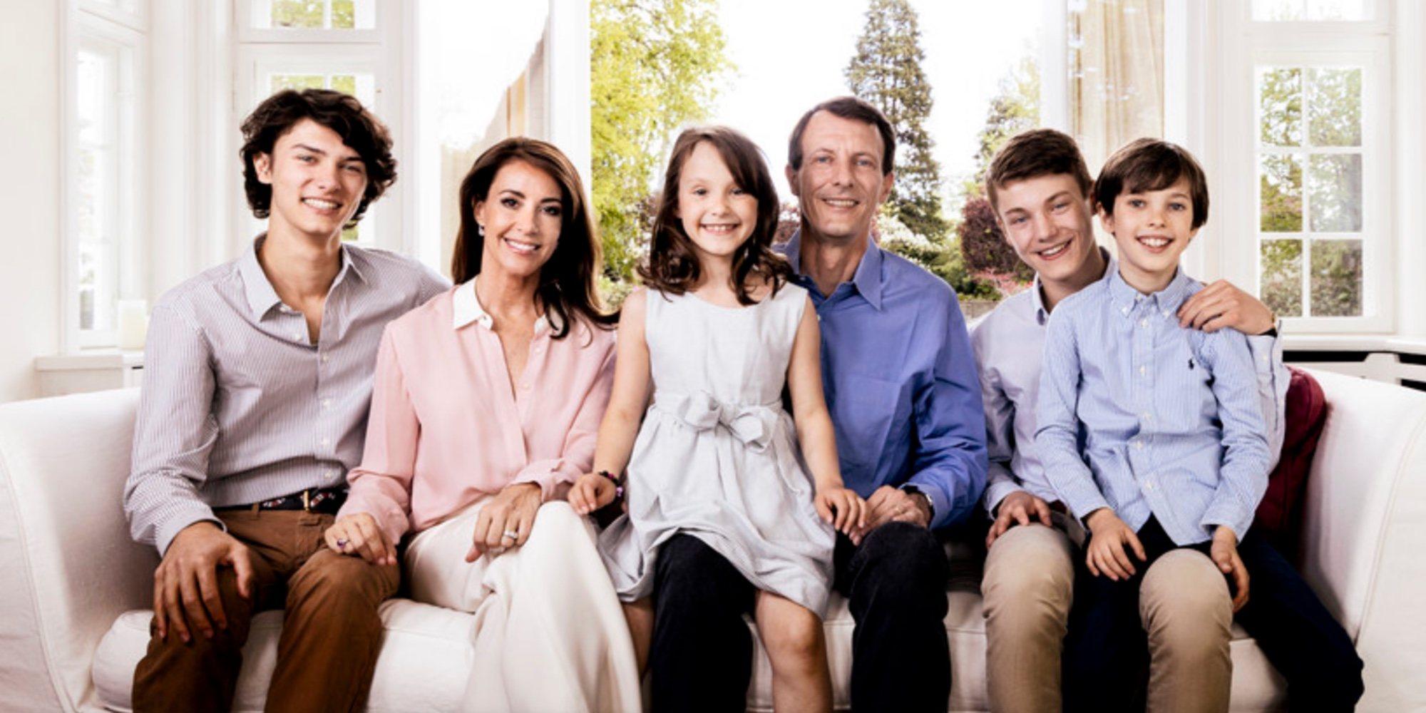 Joaquín de Dinamarca posa con Marie de Dinamarca y sus cuatro hijos para celebrar su 50 cumpleaños