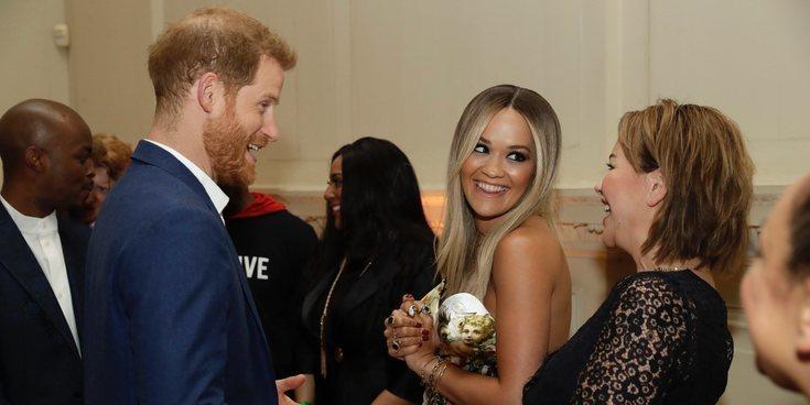 La complicidad entre el Príncipe Harry y Rita Ora en un acto benéfico contra el Sida
