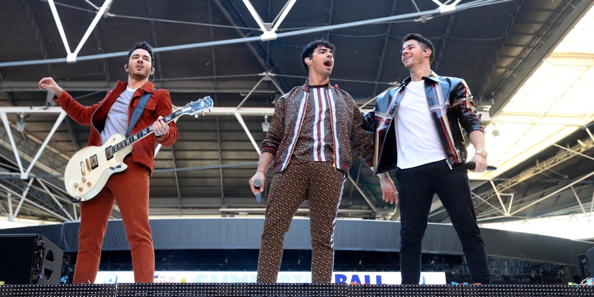 Los Jonas Brothers cuentan quién fue la persona que desveló su vuelta a los escenarios antes de tiempo
