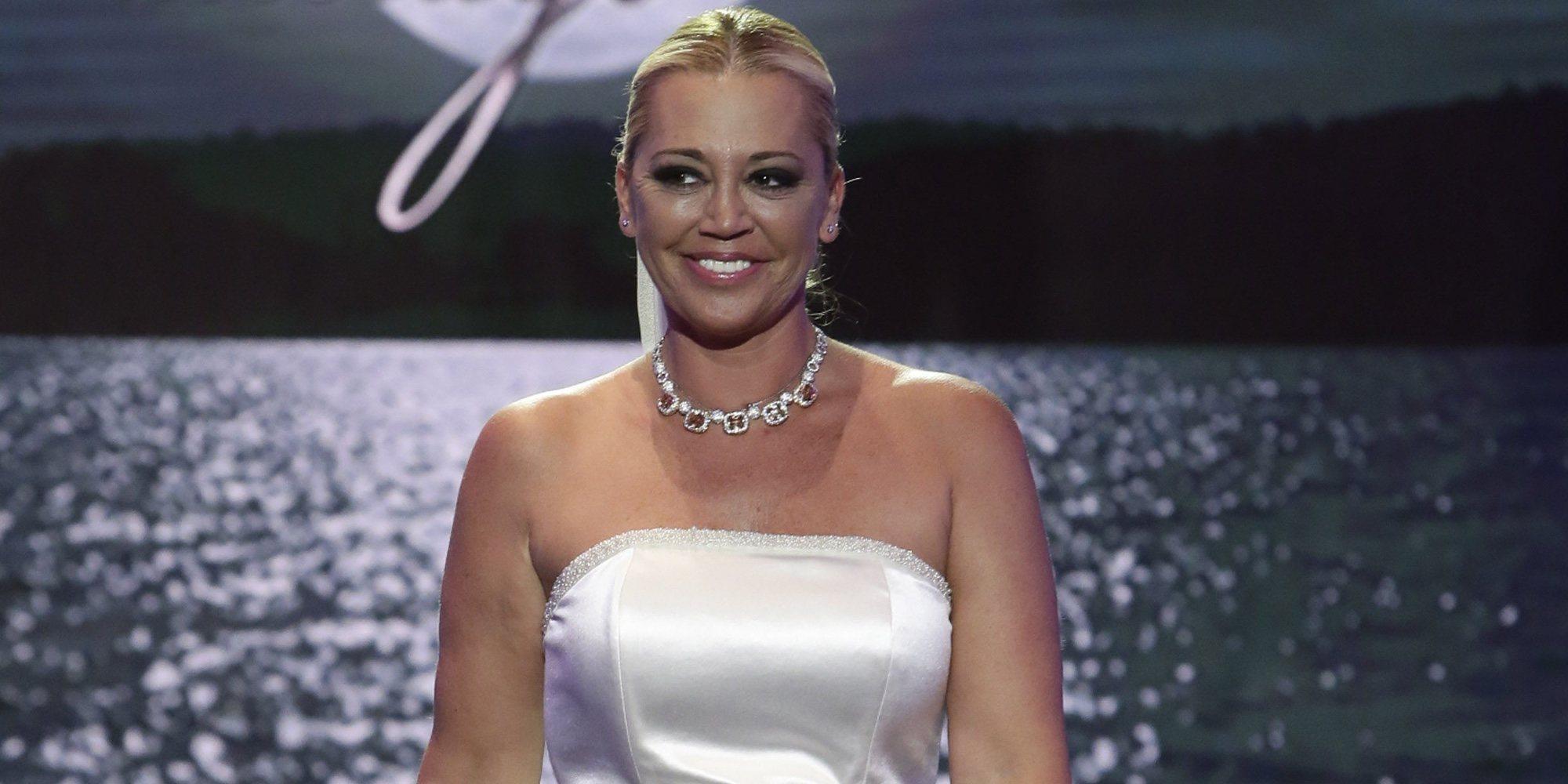Así es la primera imagen de Belén Esteban vestida de novia: sin posado y con la mano de Miguel