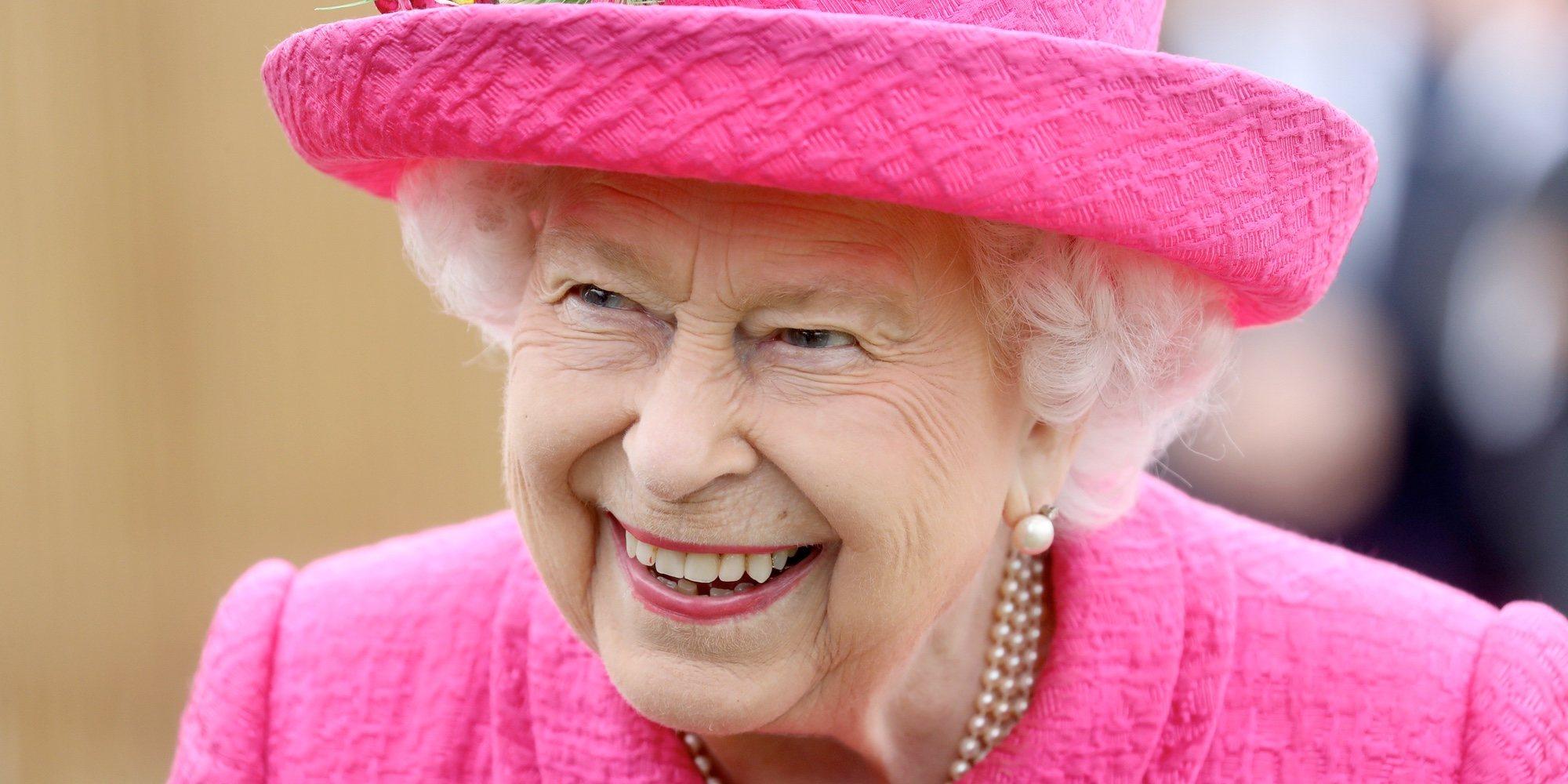 """La Reina Isabel se niega a que le ayuden a plantar un árbol: """"Soy más que capaz"""""""
