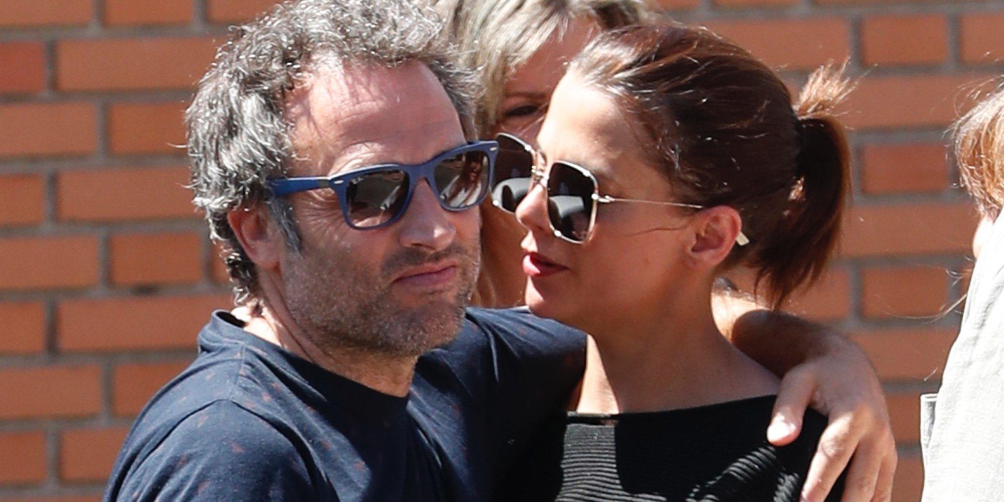 Macarena Gómez y Daniel Guzmán se despiden de Eduardo Gómez por última vez en su funeral