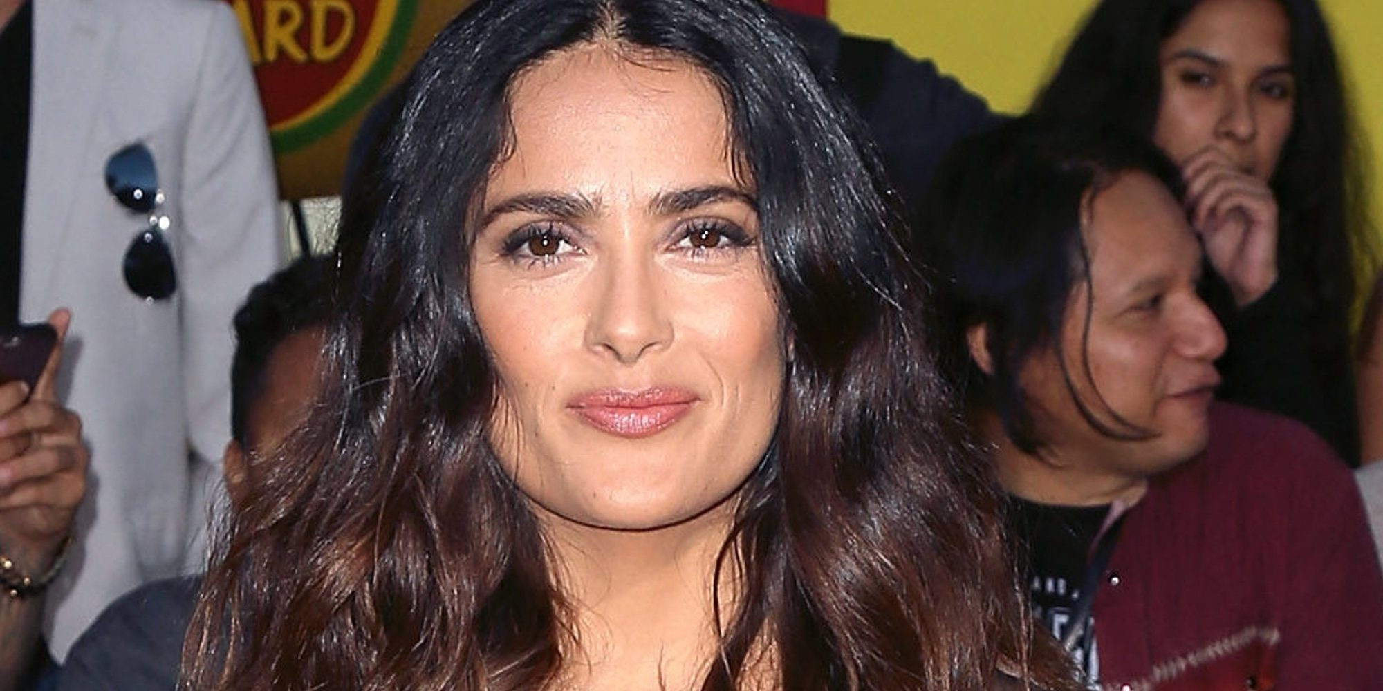 Salma Hayek etiqueta por error a Cole Sprouse como actor de 'Stranger Things' y no de 'Riverdale'
