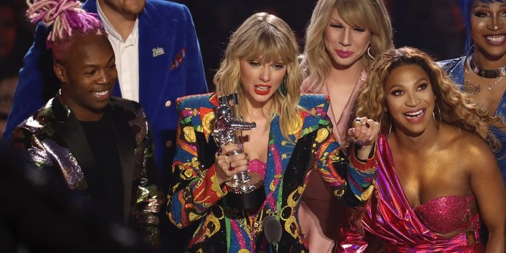 John Travolta confunde a Taylor Swift con Jade Jolie ('RuPaul's Drag Race') en los MTV VMAs 2019