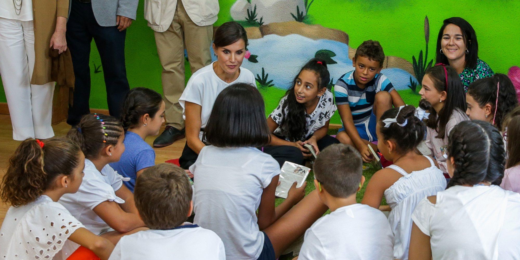 La Reina Letizia, muy cariñosa, cercana y emocionada por el detalle de los alumnos del colegio de Torrejoncillo