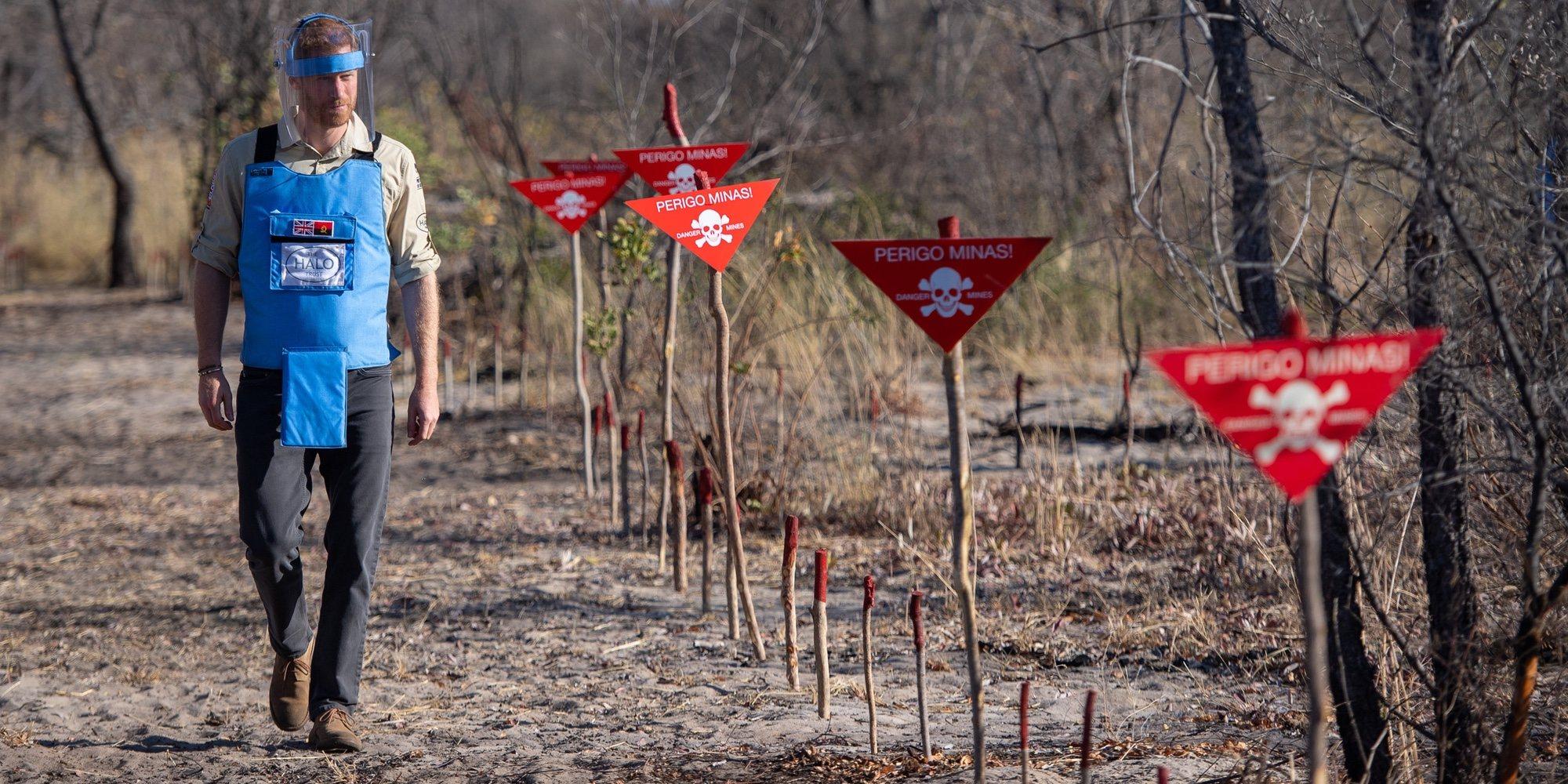 El Príncipe Harry reproduce 22 años después la icónica imagen de Lady Di en una campo de minas antipersona