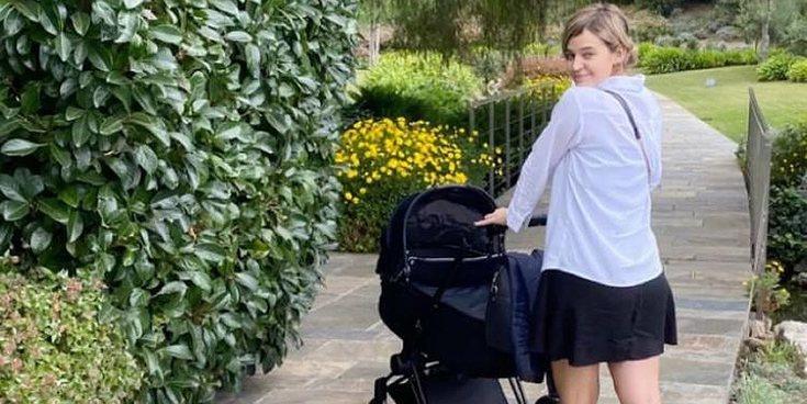 Risto Mejide y Laura Escanes pasean con su hija Roma por primera vez