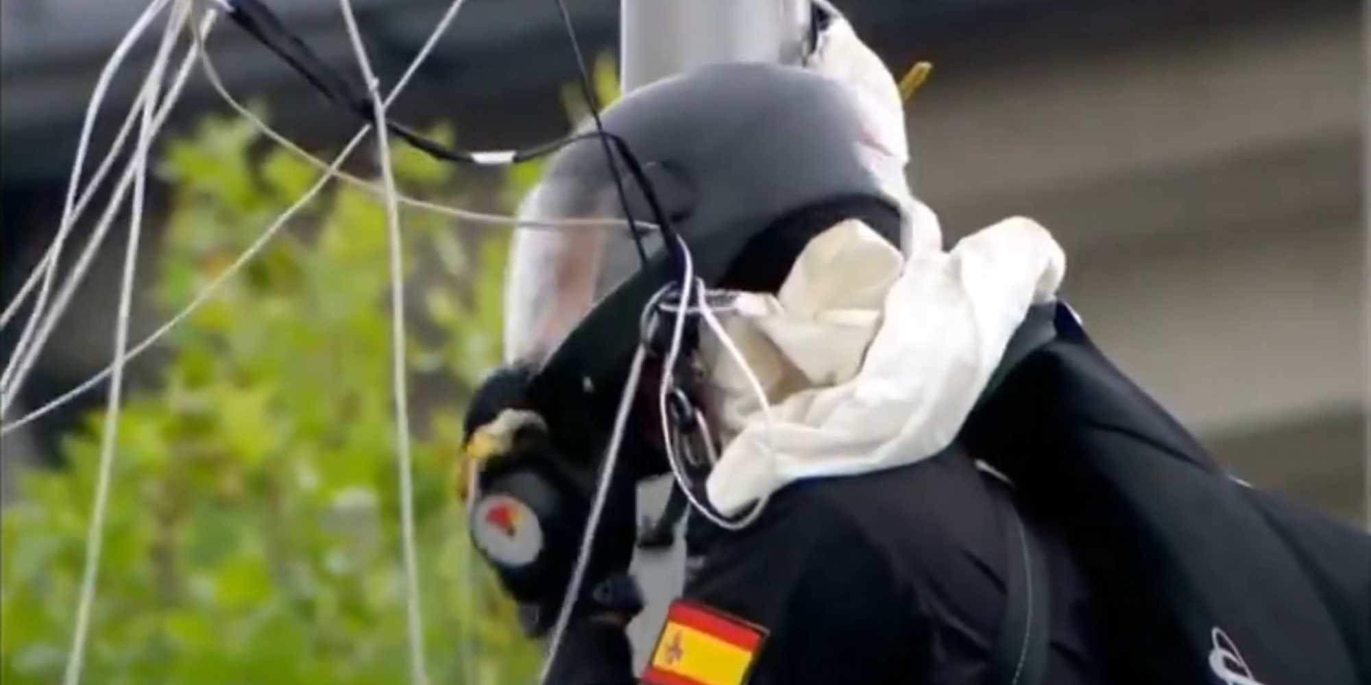 El gran susto de la Fiesta Nacional: el paracaidista Luis Fernando Pozo se estrelló contra una farola