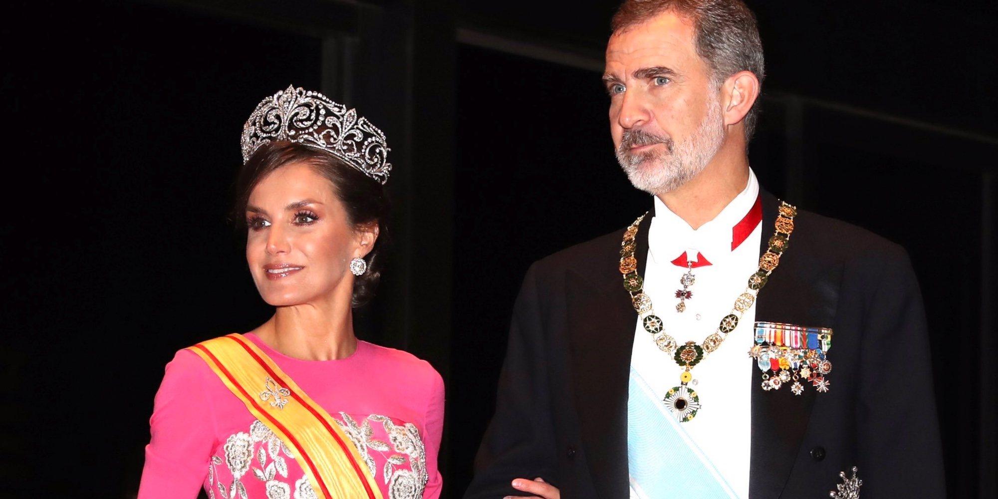 La Reina Letizia, radiante con la tiara Flor de Lis y un vestido complicado en la cena en honor a Naruhito de Japón