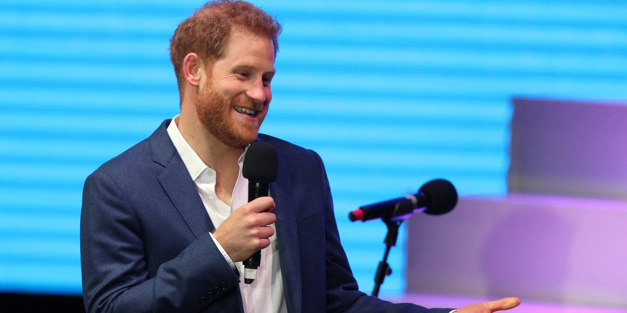 La divertida reacción del Príncipe Harry cuando le tocan el culo en un acto oficial